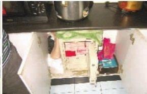 主要嫌疑人的橱柜里暗藏保险柜,锅碗瓢盆下堆着40余万收注金额。通讯员 李剑 摄
