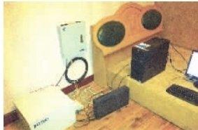 """简易的出租房内,一台电脑、一个网站服务器,就是地下""""六合彩""""网站的后台机房。"""
