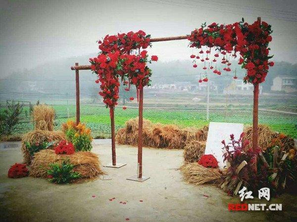 会玩!长沙这个乡村婚礼用枫叶撒地布置