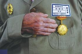 13名湘籍抗战老兵载誉返湘 车厢里唱《大刀进行曲》