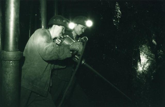 1987年资兴矿务局井下工人采掘图片