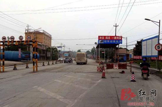 常德一货车强冲关 路政员被拖行2公遭挤压殉职