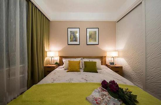 床头背景墙挂上2幅装饰画,搭配上清新精致的床单,抱枕,充满着浪漫精致