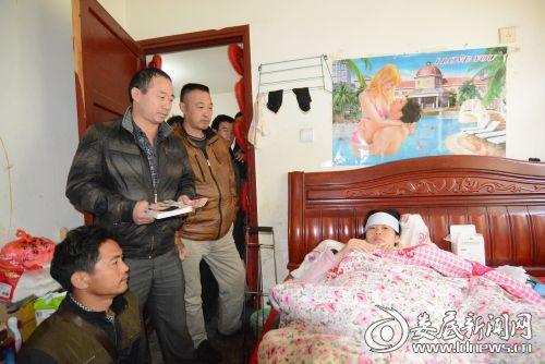 不断有人向他们捐款并安慰从永州嫁到娄底的勇敢的残疾姑娘朱小丽