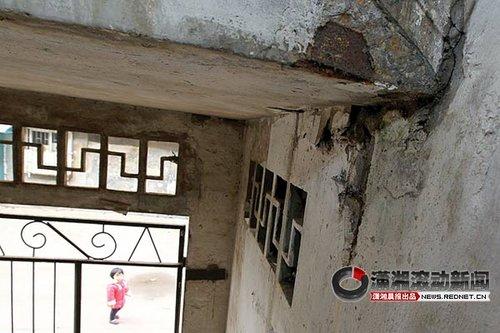 长沙一社区多栋楼房开裂 阳台护栏曾掉到2楼