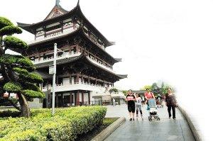 天心区湘江畔的杜甫江阁是市民休闲的好去处。