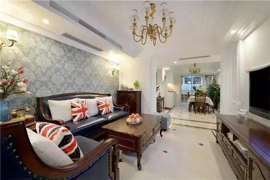 客厅简约大气,浅色壁纸和石膏线电视背景墙搭配出很不错的效果.图片