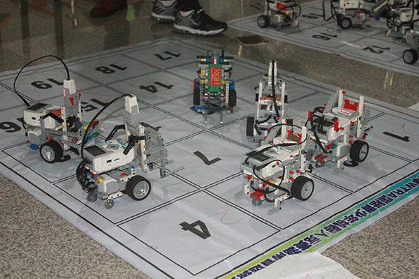 近600名小选手同台对垒 小小机器人玩出新花样