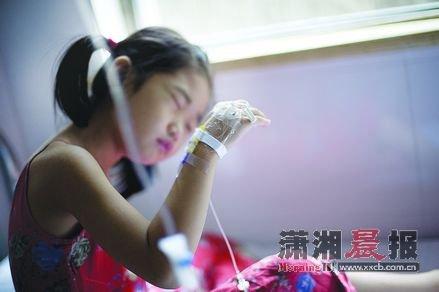 昨日,湘雅二医院观察室,小女孩在打吊针.图/记者张轶