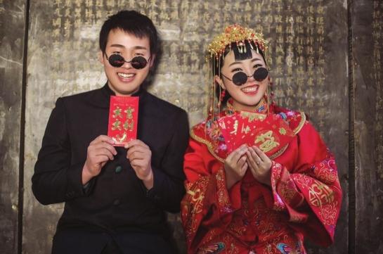 屈与新娘小赵的结婚照.图/受访者提供-张家界女高速上等车被驱 偶