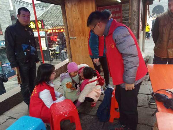 凤凰县百余名志愿者倾情服务春节黄金周旅游