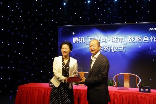 图说:腾讯高级副总裁向张迎春副市长赠送刀马旦QQ