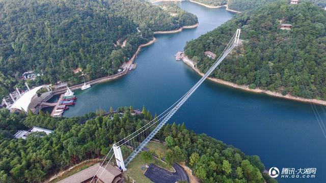 长沙石燕湖:国内首座跨岛天空玻璃廊桥建成亮相