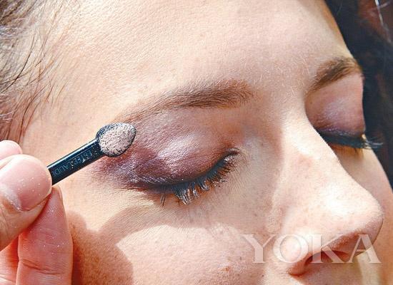 step1:先取浅粉红色眼影,扫于眉骨位置;