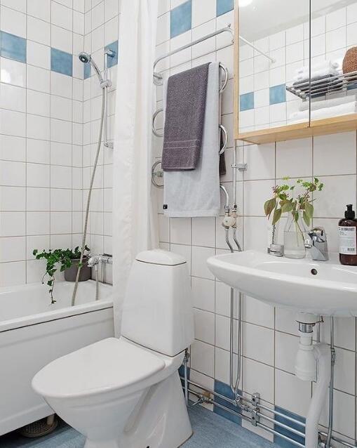 卫生间以马赛克砖拼贴,少量蓝色带来清新海军风,让简约的卫浴跳脱活泼图片