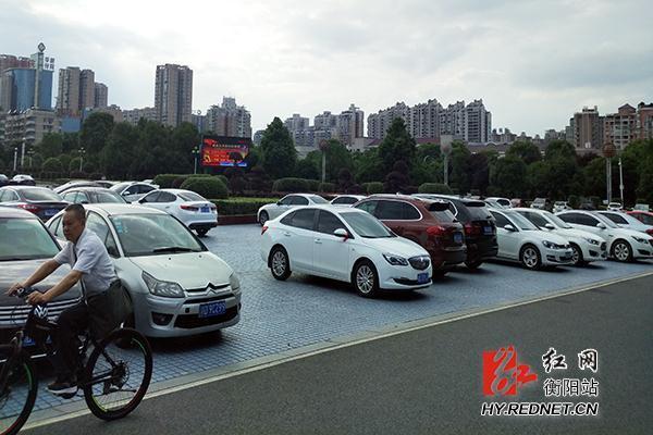衡阳不文明行为曝光:太阳广场成停车场
