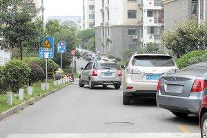 长沙多个小区消防通道变停车场 占道情况严重
