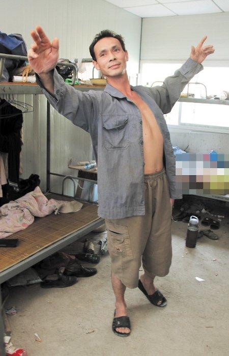 """长沙农民工""""潇洒哥"""" 工地上跳起华尔兹"""