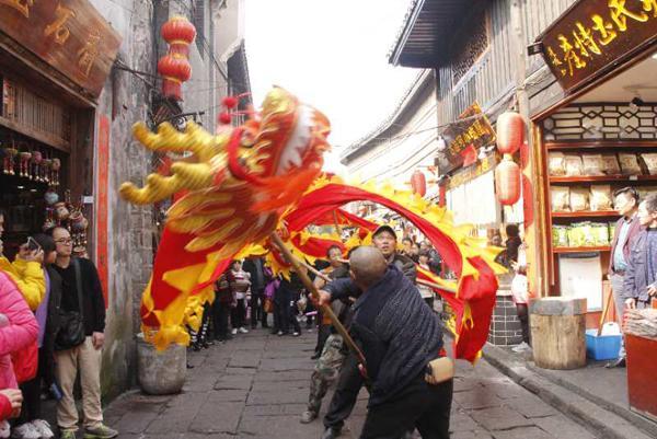 大年初二: 数万游客居民在凤凰古城共享文化大餐