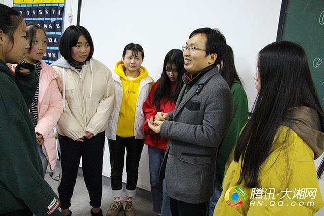 道德偶像洪战辉辞任大学校长助理 下海创业想颠覆职业教育