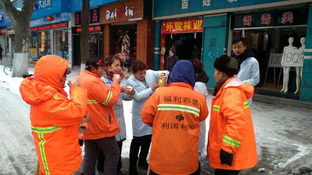 全国数百家老百姓大药房为扫雪环卫工人送姜茶