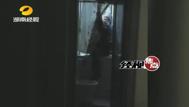 胖嫌犯爬窗拒捕被卡住七旬老父担忧不已 民警卸窗解救