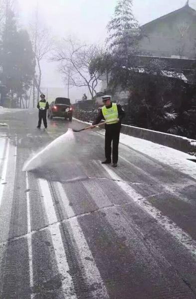 湖南部分高速路段出现冰冻 交警实施临时交通管制