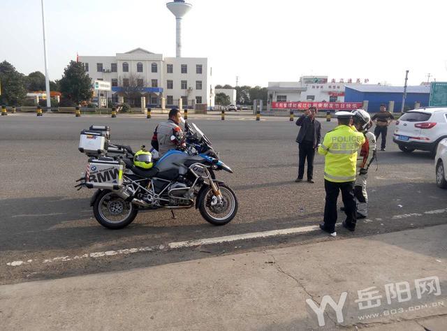宝马和摩托车高速路上150码飚车 被交警拦截