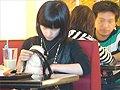 视频:女子抱宠物狗进饭馆共用餐具进食