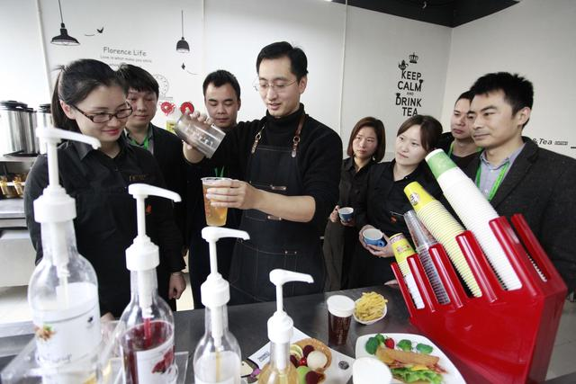 """长沙80后""""奶茶帅哥"""" 2000元创业起家如今坐拥近万家店"""