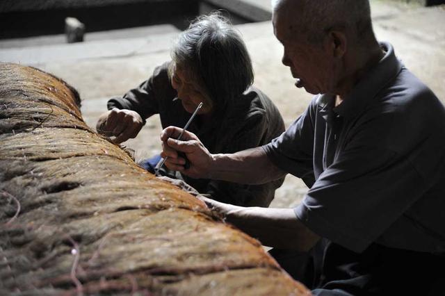 老夫妻育有五子女 自愿靠做手工棕垫养活自己