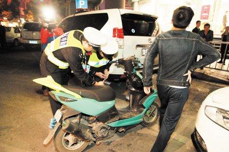 夜飙族出没 长沙交警查扣非法改装摩托车