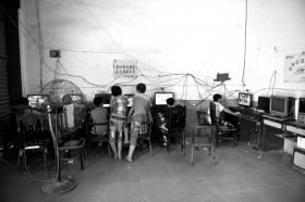 黑网吧内都是玩网游的未成年人 摄影记者陈杰