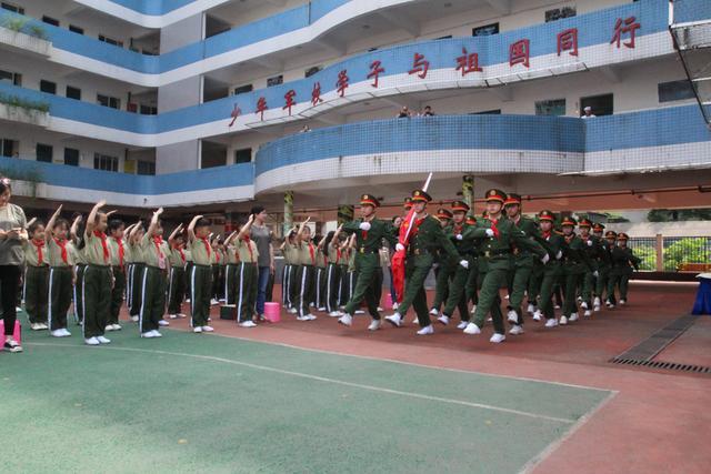 战斗英雄走进育新小学 国防教育让孩子受益