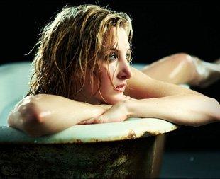 摄影师拍浴缸美女