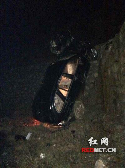 宝马深夜坠落高速路基下 交警巧用微信救五人