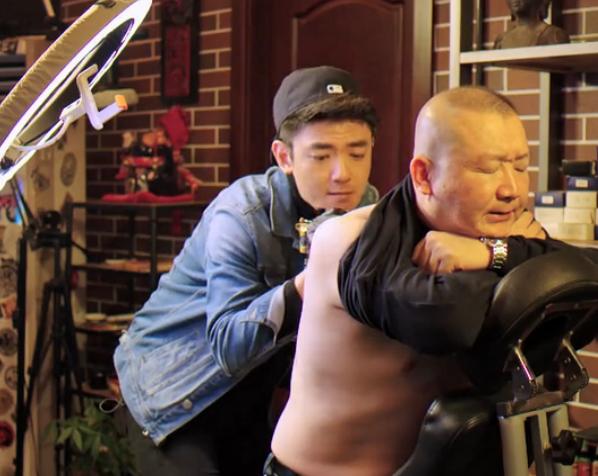 """湖南满哥去纹身 结果背后被纹了一只""""二维马"""""""