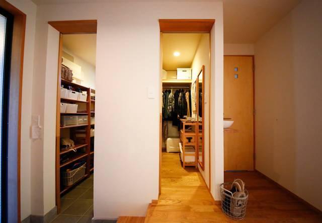 玄关位置有两个小房间,左边房间用来收纳室外杂物,右边则是入口壁橱.