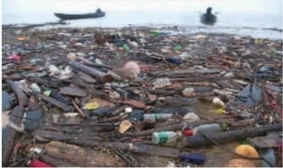 湘江垃圾成堆河边焚烧现象仍在 城管每天打捞2吨