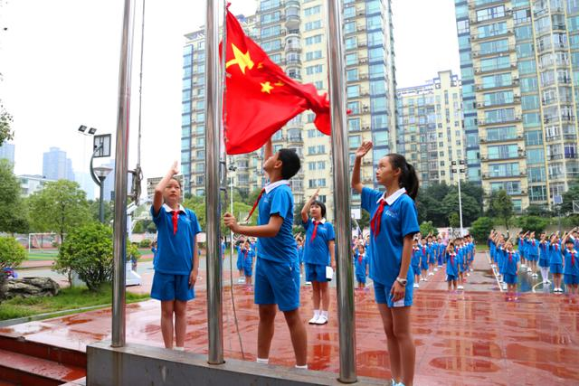 同学们邀请家长一同来到学校操场,举行一场隆重的升旗仪式.图片