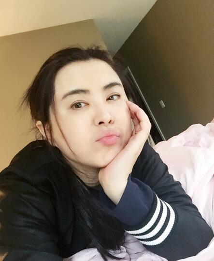 王祖贤自拍近照曝光 托腮撅嘴犹有粉嫩气质 图