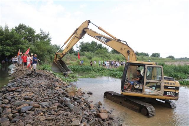永州江永三百党员疏浚水渠抗旱 2万亩水田喝上