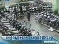 视频:卖场电动车导购为抢生意上演互殴大战
