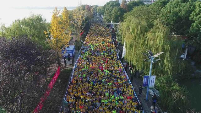 2017常德柳叶湖马拉松开跑 可口可乐鼎力支持