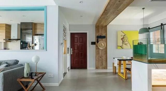 在原木色的板材墙面上设计了蓝色的衣帽钩,造型简单实用,餐厅空间用图片
