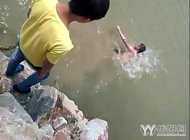岳阳县一男孩溺亡 同伴岸边嬉笑拍视频未施救