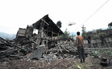 四川雅安发生7.0级地震 各方媒体直击灾区现场