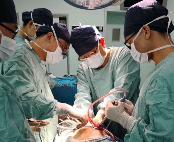 """岳阳一男子右肾破裂被切除 只因一颗石头在体内""""沉睡""""了26年"""
