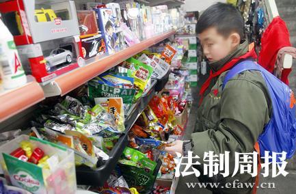 """甘肃市场监管部门叫停学校周边""""辣条""""售卖"""