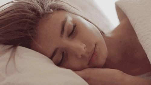 女子洗完头没吹干就睡觉 第二天被自己的脸吓坏